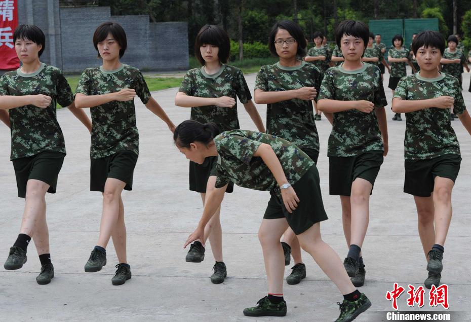 高清:实拍警校女生冒50度高温军训 教育频道