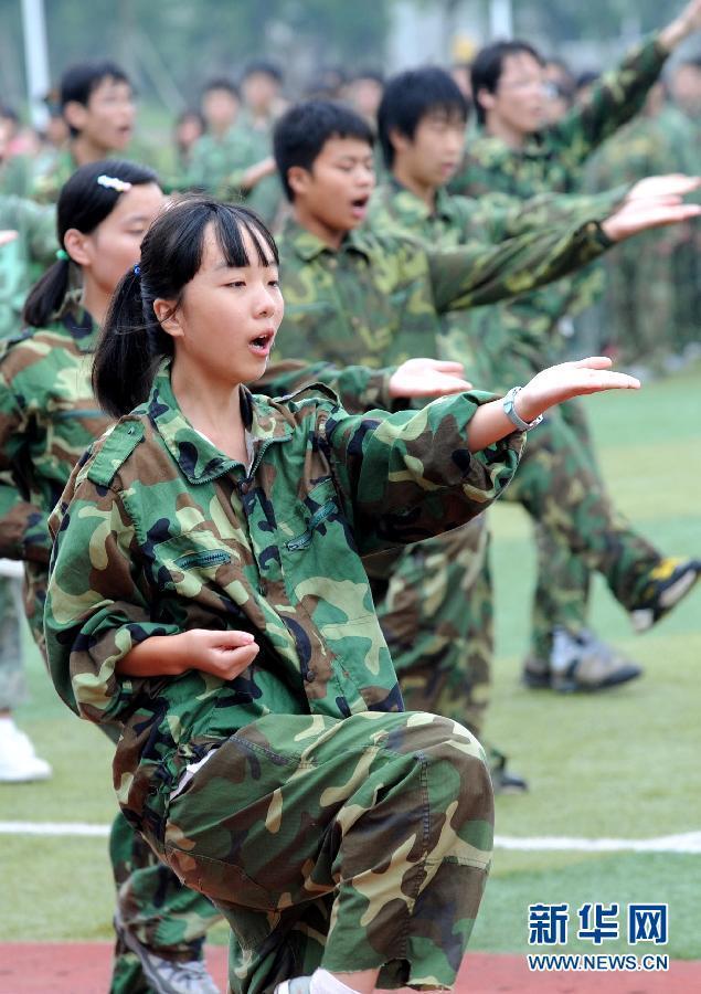 高清:高中女生军训练拳酷似咏春