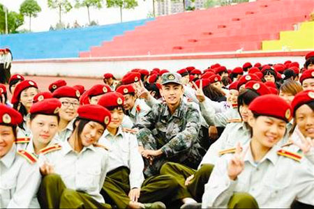 """武汉""""最帅教官""""靠一张照片蹿红(图)"""
