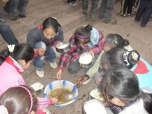 高清大图:山区孩子的午饭