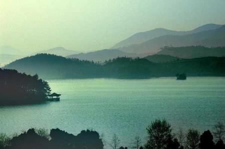 国内游 > 正文  天目湖风光 天目湖风景区位于江苏常州,是溧阳历史