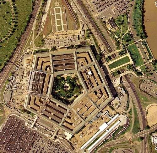 """五角大楼的俯视图 """"五角""""的秘密 五角大楼(The Pentagon)位于华盛顿市西南部的阿灵顿区,紧傍着美国华盛顿附近的波托马克河,从空中俯瞰下去,这座神秘的建筑呈正五边形,所以有了""""五角大楼""""的昵称。该楼是美国最高军事机构的所在地,美国陆军、海军、海军陆战队和空军的指挥部都设在这里,美国国防部长和参谋长联席会议主席的办公室也设在大楼内。"""