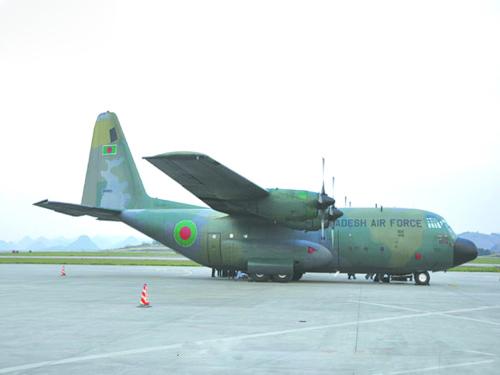 飞机降落后,安检人员在15分钟之内为机上全部28名