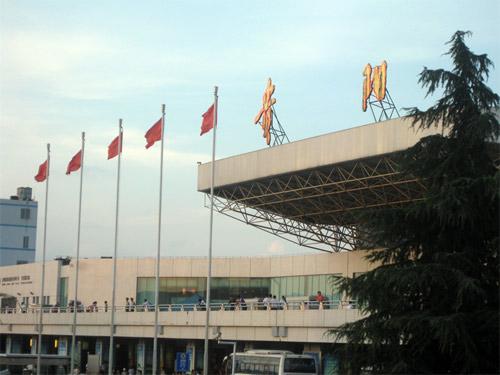 贵阳龙洞堡机场-加强基础设施建设 龙洞堡片区青年路开工建设