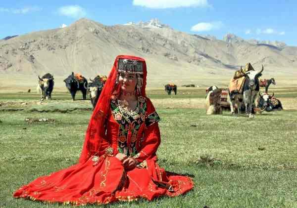 塔吉克美女 塔吉克族的婚礼要举行三天,热闹而隆重。第一天,新郎和新娘要在自己的家里进行打扮和准备,男女两家忙忙碌碌,喜气洋洋。新郎和新娘都要挑选自己的陪伴。另外,在衣着上也颇讲究,衣饰上除了要穿民族特色的服装外,重要的要在新郎头上缠上红、白两色的布,这是新郎重要的标志;新娘则要戴上系有红、白两色手绢的戒指,这种装束象征着吉祥和幸福。