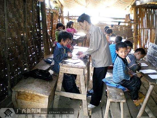 棺材 广西/孩子们用棺材当凳子。资料图片