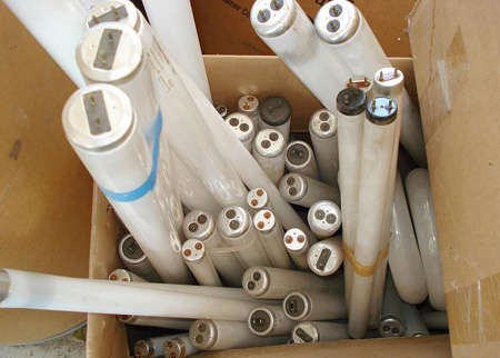 家庭废旧灯管回收及处置问题不可小觑 资料图片