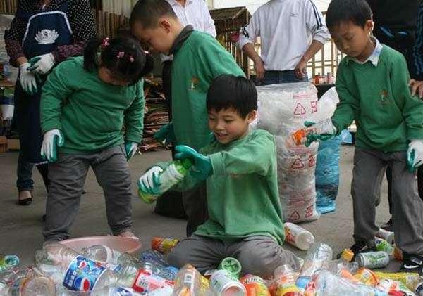 小学生参与垃圾分类回收 资料图片图片
