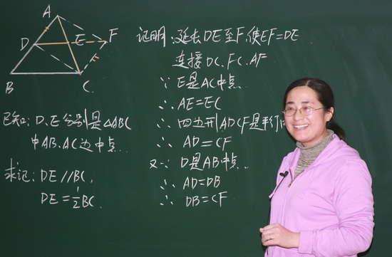 杨雪晶:现实版春蚕的故事 春蚕到死丝方尽,是诸多教师的写照:辛勤一生,直到最后一刻。杨雪晶老师把自己比喻成其中的一只,经历了十几次的蜕皮长成,现在已然到了快要吐丝作茧的时候。像许许多多的蚕儿们一样,她在教育教学实践中,体验成功的欣喜和失败的苦恼,将它们汇集成自己的经验,经过反思、修正、尝试,慢慢地在教育岗位上初长成为将个人风格、教育理念以及一套教育教学经验融为一体的优秀教师。 一只刚刚孵化出来的幼虫,曾经幻想自己将会蜕变成一只蝴蝶,后来发现她是一只蚕宝宝,她的使命是吐丝作茧 1999年,从
