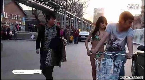 美女不堪男子骚扰 当街脱光衣服引围观图