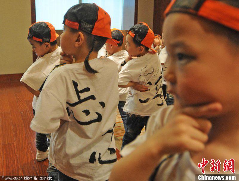 高清:幼儿园小朋友身穿网络流行语文化衫迎新