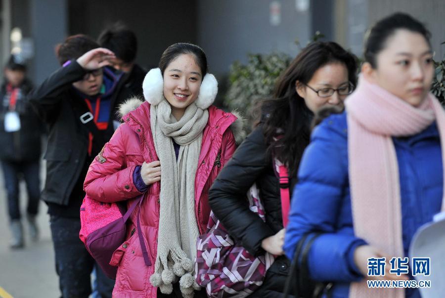 北京电影学院报名首日 帅哥美女云集校园 教育