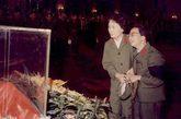 与毛泽东遗体告别,左一为张玉凤。